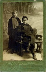 Иллюстрация 2. Супруги Абдуллины, 20-годы ХХ века. [Фото, исполненное в виде почтовой открытки. Из семейного архива Абдуллиных].