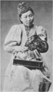 Иллюстрация 4. Девушка в традиционном калмыцком костюме. Почтовая открытка.